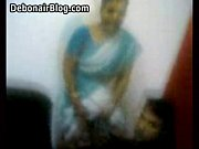 Aunty lifting her saree up