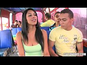 Morenita colombiana folla en un bus - Full video: http://sh.st/HrH68