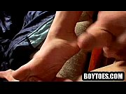 Amateur stud jerking off and showing his feet