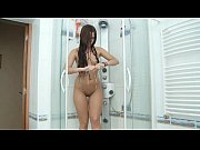 Curvy Brown Head Teen With Wide Hips Masturbates With Shower Head