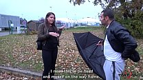 Broken umbrella help stranger to convince babe ...