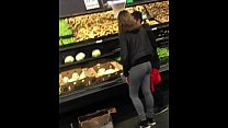 Chica con mayones en el supermercado... girl with leggins at supermarket