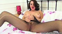 English milf Amber Leigh fucks her fanny with a...