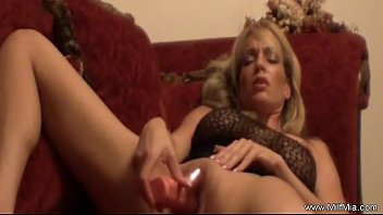 xxarxx MILF On A Red Couch