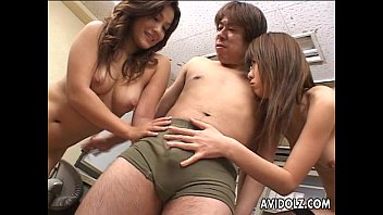 XVIDEO Two Japanese hotties chow down on a hard dong(お姉さん2人とハーレム3Pフェラチオ)
