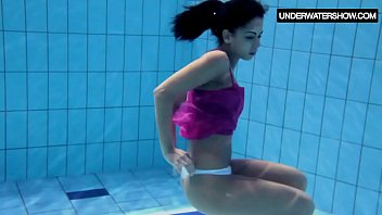 xxarxx Zlata Oduvanchik swims in a pink top and undresses