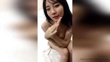 Amateur is posing naked in bed for extra...