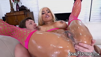 Kinky Luna Star twerks before oily anal pounding