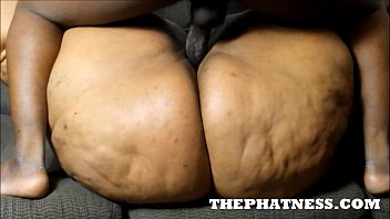 THEPHATNESS.COM JUICY BOMSHELL COUCH FUCK | Video Make Love