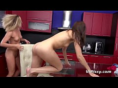 Vinna Reed Teaches Yenna All About Pissing
