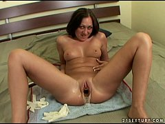 Amateur babe gets her pussy stretched out