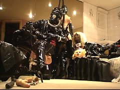 HD Roxina2010LatexGurlInHelmetAnsGasmask240510.WMV