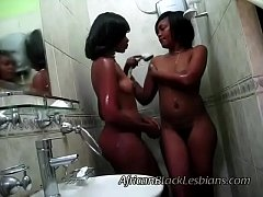 2 Big booty Africans go naughty in this amateur shower scenebathroom-3