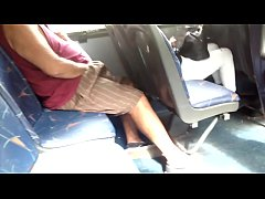 doble paja cerca chica en bus micro | double masturbation near girl on bus