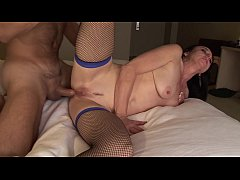 Slutty MILF in fishnets sits on hunk's stiff pole cowgirl style