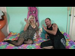Hot blonde fucks the unknown out of the fetish Club - HD Geile Titten