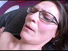 Une mature tres excitee se tape un jeunot !!! French amateur