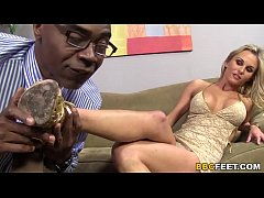 Clip sex Blonde Laura Crystal Gives Footjob To a BBC