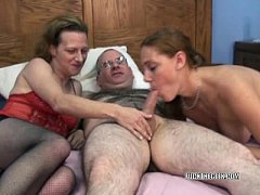 Swinging Mariah in a threesome with petite Anna