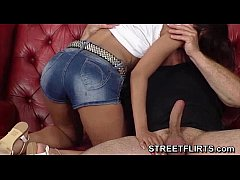 Clip sex Shy amateur girl smokes a cigarette during casting