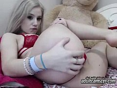 Cute teen showing ass on cam