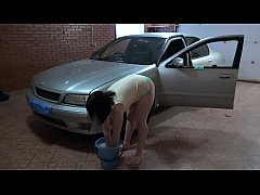 A girl washes a car and then masturbates her ass