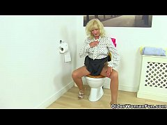 British gilf Sapphire Louise lowers her tights on the toilet and starts dildoing her appetizing pussy. Bonus video: English gilf Elaine.
