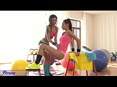 Fitness Rooms Asian stunner gives tight body brunette an orgasmic pump
