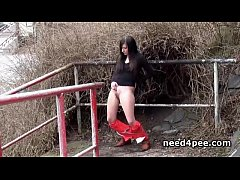 Teen brunette dares to take a piss in snow
