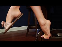 Cams4free.net - Dangling Tease in a Restaurant Bare Feet