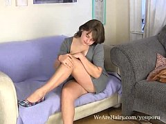 Busty Celia spreads her legs on the couch - Tetona Celia se abre de piernas en el sofá