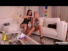 Lesbo lovers Cherry Kiss & Coco De Mal fill their wet pinks with strap-on