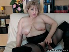Blonde mature toys her pussy on webcam