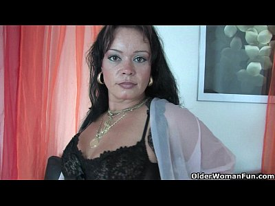 Masturbation Stockings porno: Chubby soccer mom in stockings works her hard clit