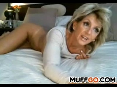 Blonde Solo Milf video: Stunning MILF masturbates