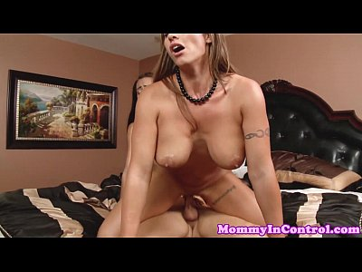 Bigtits Bikini Booty video: Inked cougar cumplays in threeway - moms get fucked