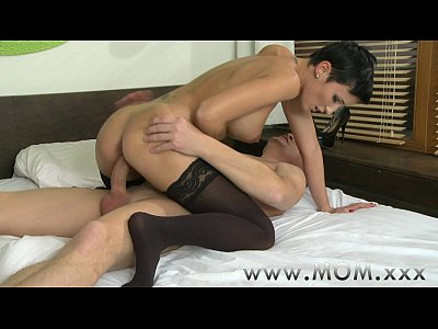 Brunette Kissing video: MOM Short haired Brunette takes his length