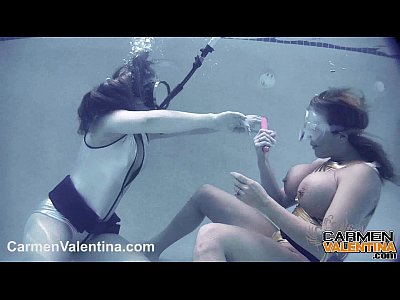 Blonde Licking Brunette video: Carmen Valentina UNDERWATER pussy licking!