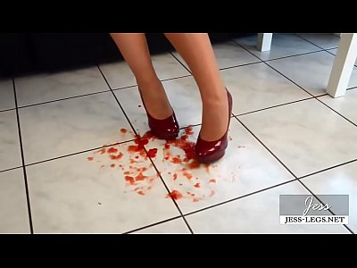 Trample Tomate video: Tomato Trampling