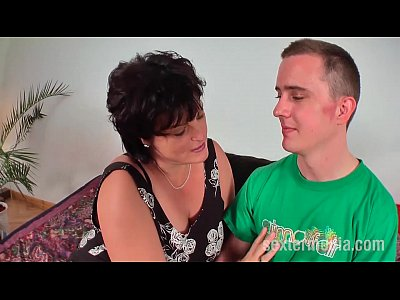 Amateurs Blowjob Bruenette video: Reife Milf Fickstute melkt JungSchwanz