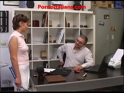 Giovane Prostituta fa pompino a vecchio - Young Prostitute does blowjob to old