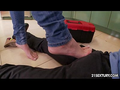 Interracial Hardcore video: Handyman's foot fetish