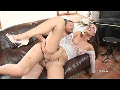 Analsex Anale Bigass video: Brunette with the glasses buggered on the couch