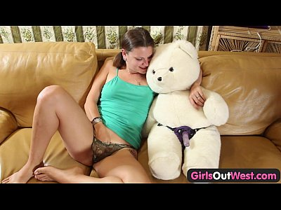 Solo Dildo Babe vid: Girls Out West - Amateur cutie fucking a teddy bear
