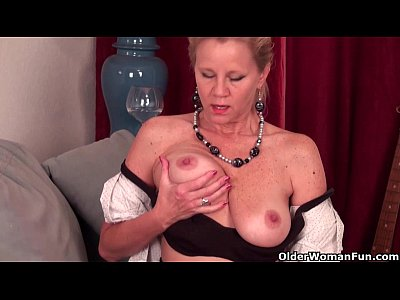 Mature lady Amanda needs to get off in pantyhose