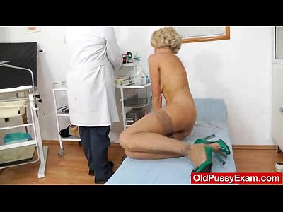 Closeups Doctor Enema video: Fake Dong in pussy during a mother gyno