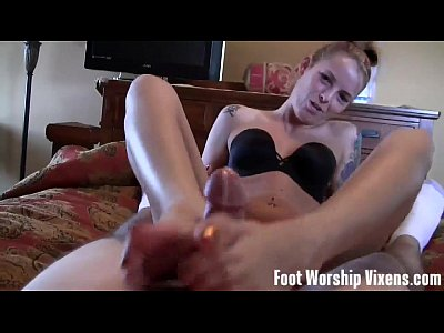 Masturbation Femdom video: Wiggling and spreading our toes in your face