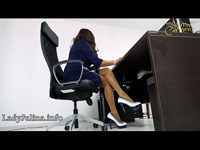 Mature Office Domina mit High Heels Nylons Legs...