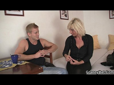 Porno video: He helps mature blonde