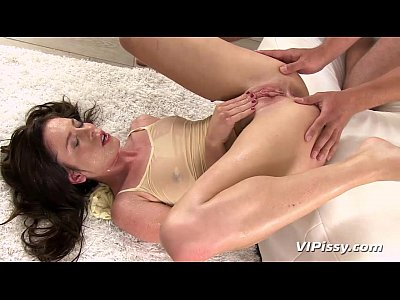 Cumshots Degustation Facial video: Horny hottie showers in her mans fresh urine